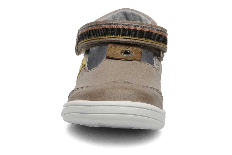 Zapatos con velcro Kickers Teo Gris vista del modelo