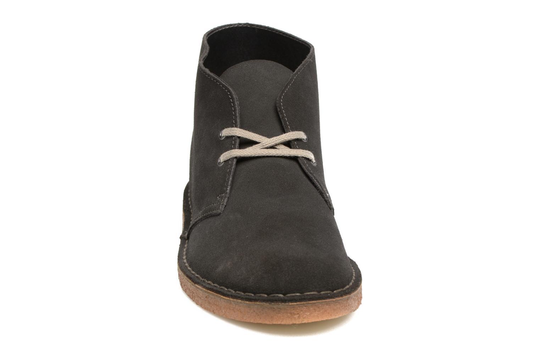 Stivaletti e tronchetti Clarks Desert Boot Grigio modello indossato