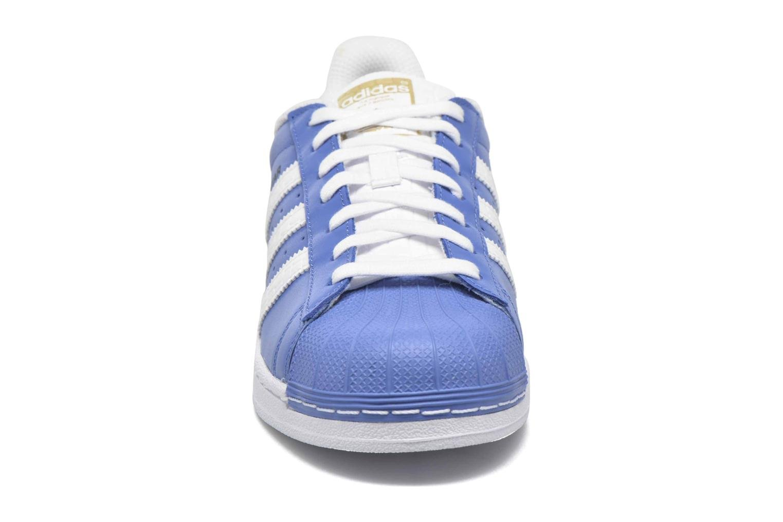 Sneakers Adidas Originals Superstar Azzurro modello indossato