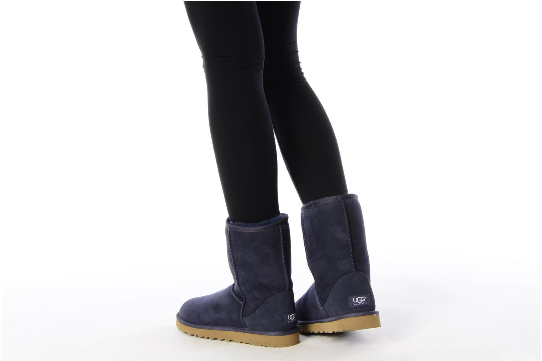 Stiefeletten & Boots UGG Classic Short blau ansicht von unten / tasche getragen