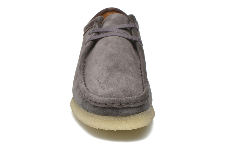 Chaussures à lacets Clarks Originals Wallabee M Gris vue portées chaussures
