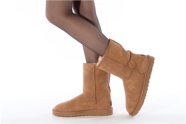 Bottines et boots UGG Classic Short M Marron vue bas / vue portée sac