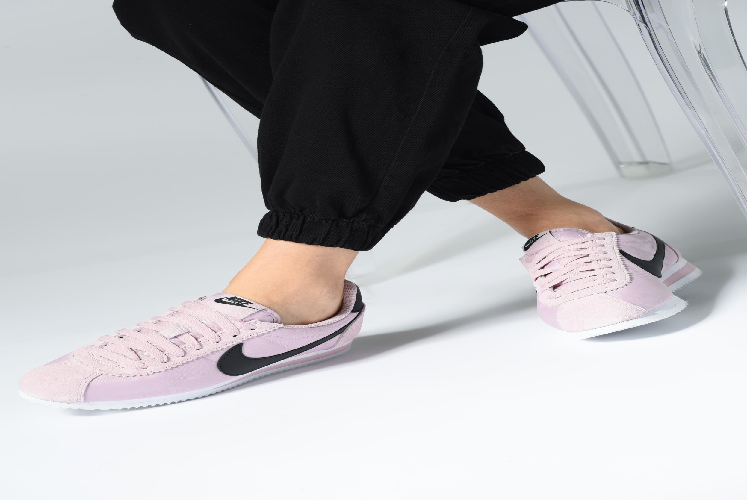Baskets Nike Wmns Classic Cortez Nylon Violet vue bas / vue portée sac