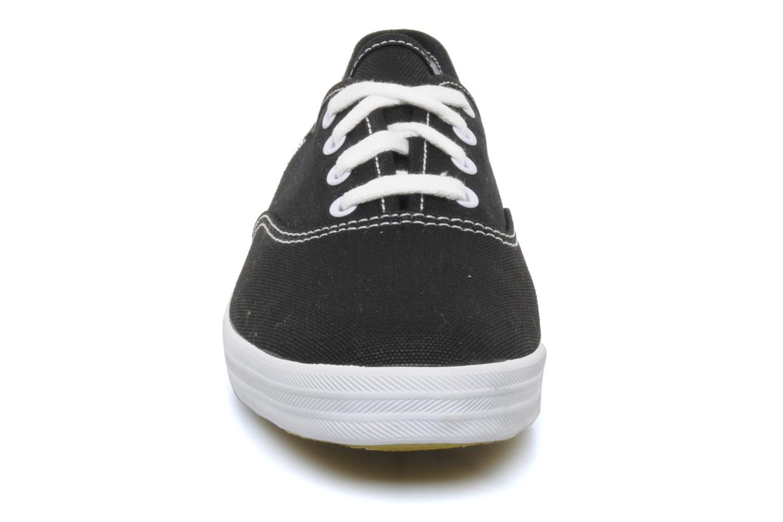 Sneakers Keds Champion Canvas Nero modello indossato