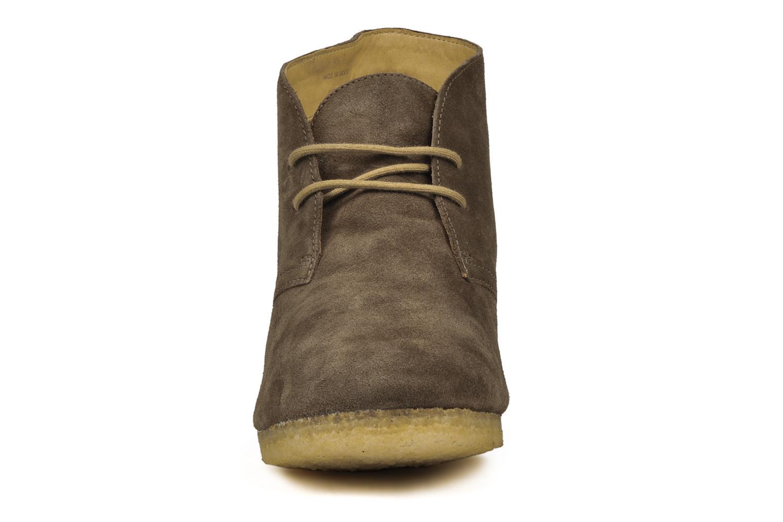 Stivaletti e tronchetti Clarks Originals Yarra Desert Marrone modello indossato