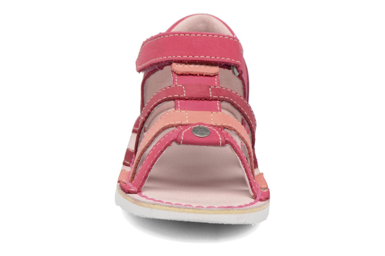 Sandali e scarpe aperte Kickers Woopy Rosa modello indossato