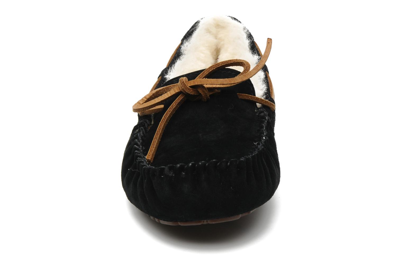 Mocassins UGG Dakota Noir vue portées chaussures