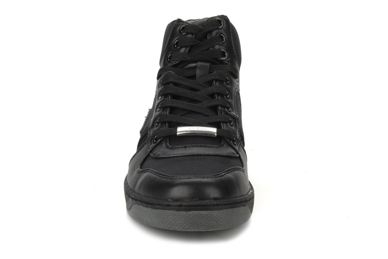 Sneakers Guess Pro Nero modello indossato