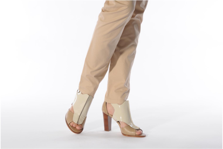 Sandalen Tila March Sandal patch beige ansicht von unten / tasche getragen