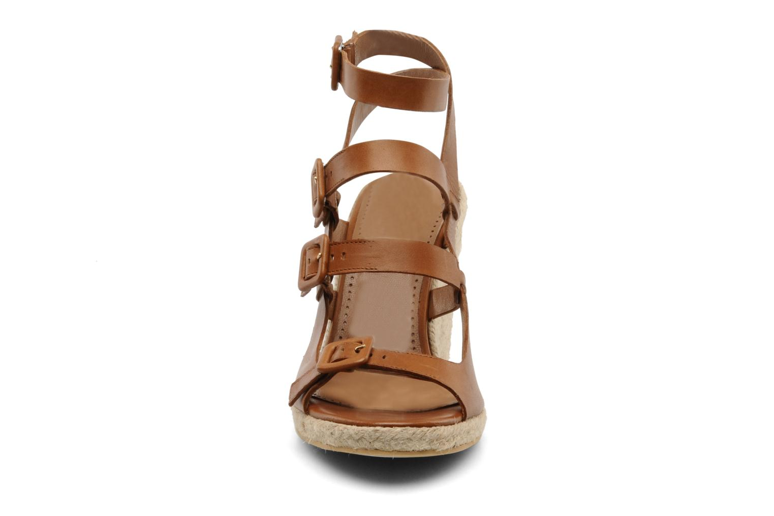 Sandalias Moschino Cheap & Chic Cevil Marrón vista del modelo