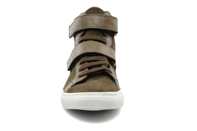 Sneakers Bensimon Sneakys Suède Grigio modello indossato