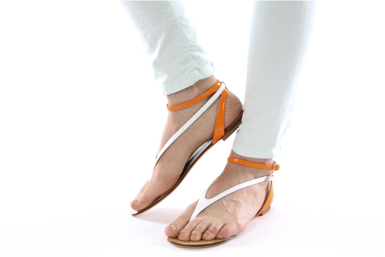 Sandales et nu-pieds Vicini Victorinne Blanc vue bas / vue portée sac