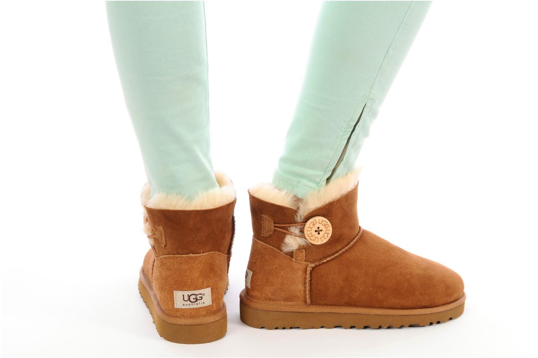 Bottines et boots UGG Mini bailey button Marron vue bas / vue portée sac
