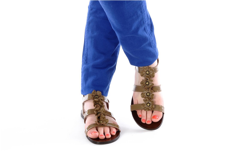 Sandalen Addict-Initial Agustina braun ansicht von unten / tasche getragen