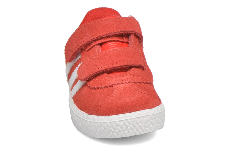Baskets Adidas Originals Gazelle 2 CF I Rouge vue portées chaussures