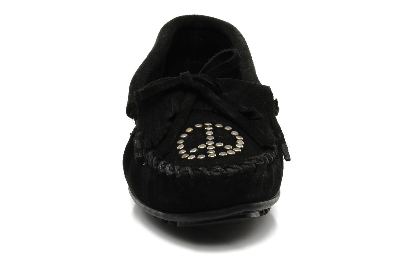 Slipper Minnetonka PEACE schwarz schuhe getragen