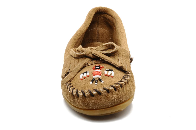Mocassins Minnetonka THUNDERBIRD 2 Beige vue portées chaussures