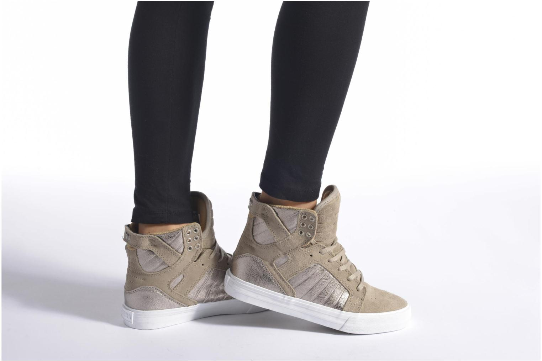 Sneaker Supra Skytop w braun ansicht von unten / tasche getragen