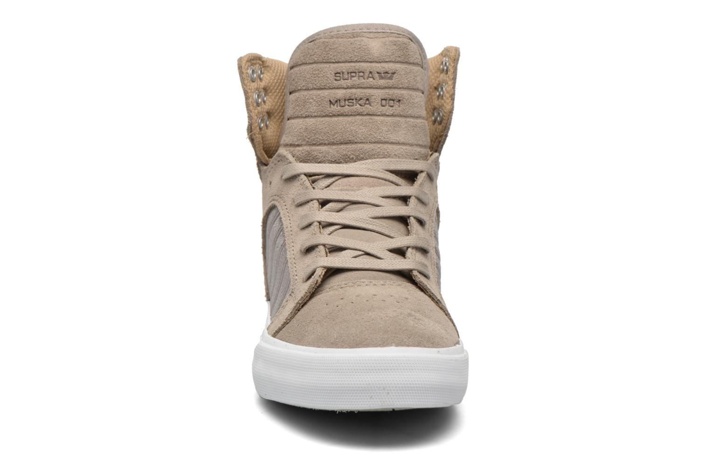 Baskets Supra Skytop w Marron vue portées chaussures