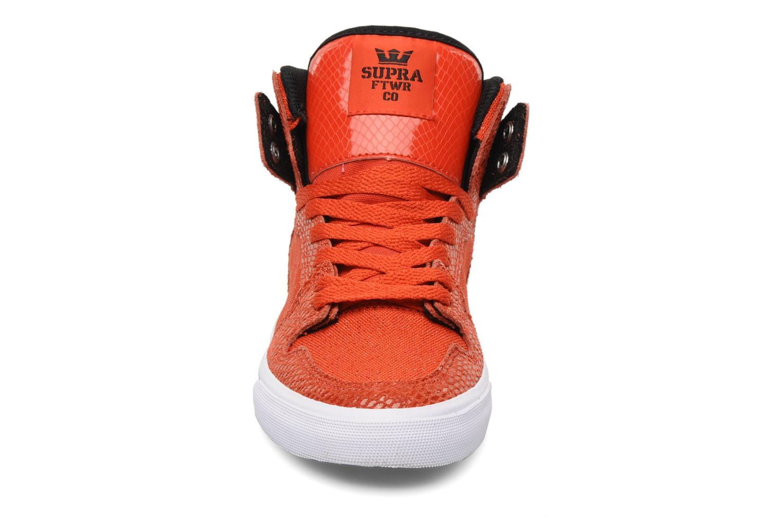 Baskets Supra Vaider w Rouge vue portées chaussures