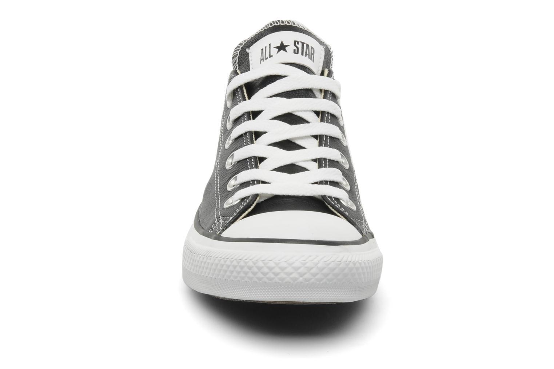 Sneakers Converse Chuck Taylor All Star Leather Ox M Nero modello indossato