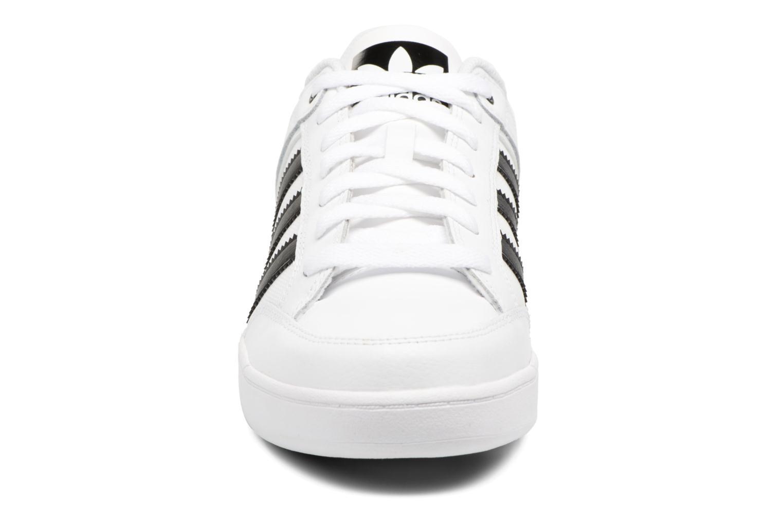 Baskets Adidas Originals Varial Low Blanc vue portées chaussures