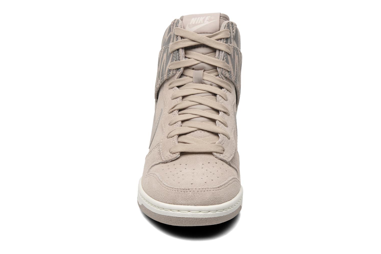 Baskets Nike Wmns Dunk Sky Hi Print Gris vue portées chaussures