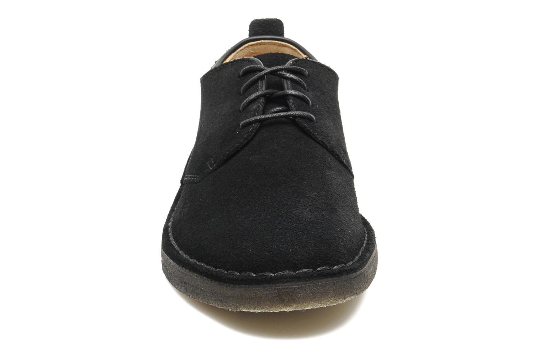 Scarpe con lacci Clarks Originals Desert London Nero modello indossato