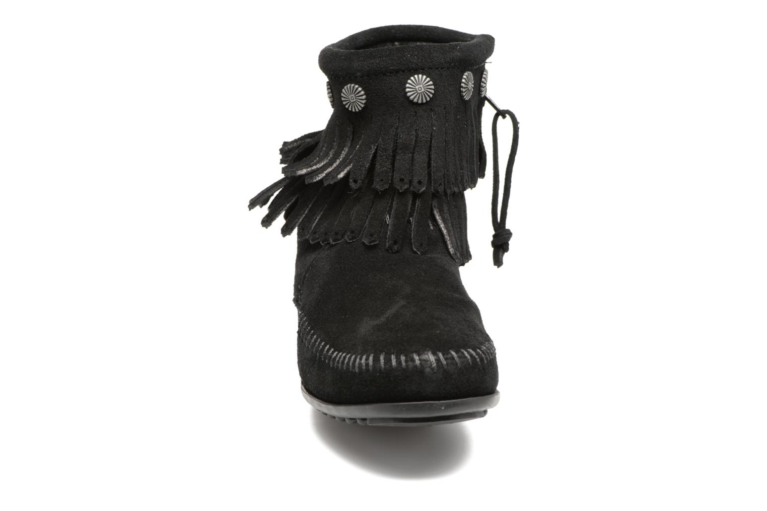 Botines  Minnetonka Double Fringe side zip boot Negro vista del modelo