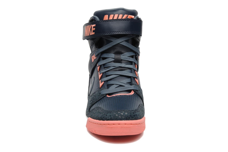 Baskets Nike Wmns Nike Air Revolution Sky Hi Gris vue portées chaussures