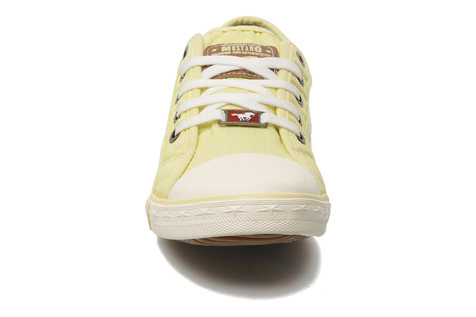 Baskets Mustang shoes Pitaya Jaune vue portées chaussures