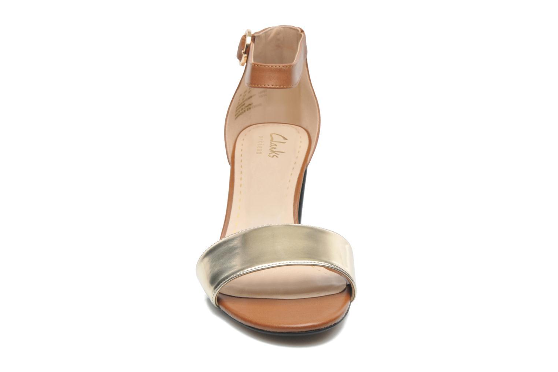 Sandales et nu-pieds Clarks Susie Deva Marron vue portées chaussures