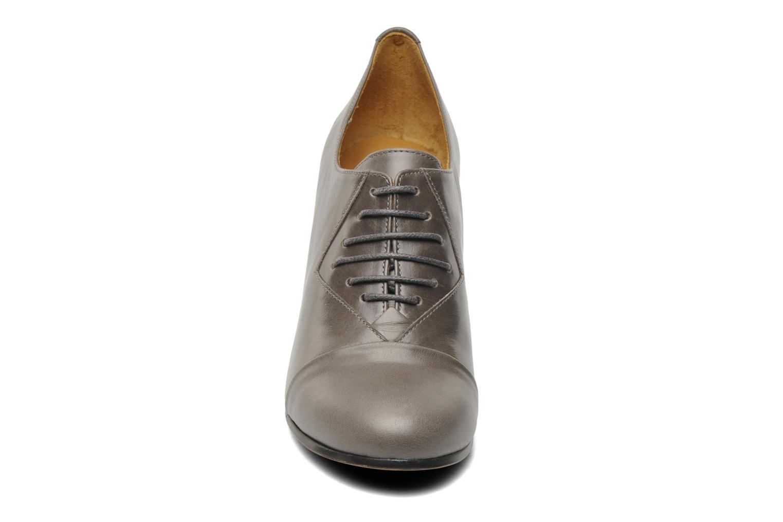 Scarpe con lacci Royal Republiq Neriya oxford shoe Grigio modello indossato