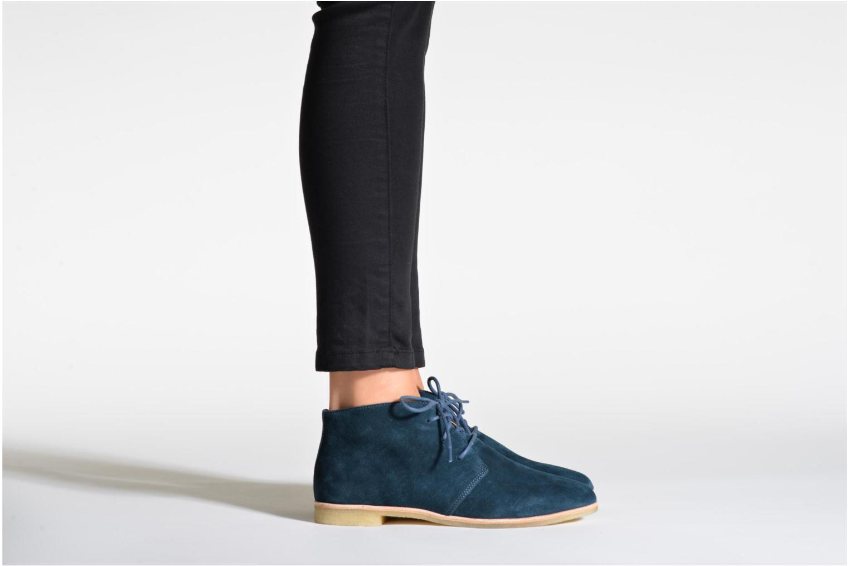 Chaussures à lacets Clarks Originals Phenia Desert Noir vue bas / vue portée sac