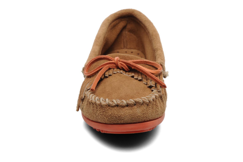 Loafers Minnetonka Kilty Suede Moc/Col Sole Beige bild av skorna på