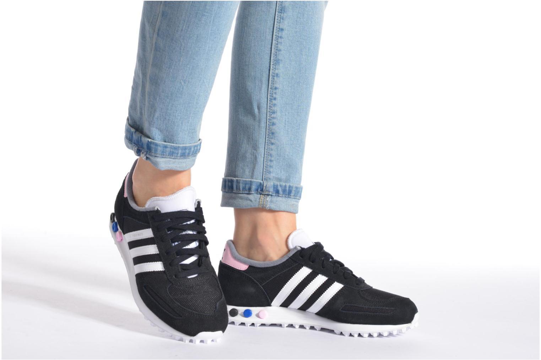 Sneaker Adidas Originals La Trainer W schwarz ansicht von unten / tasche getragen