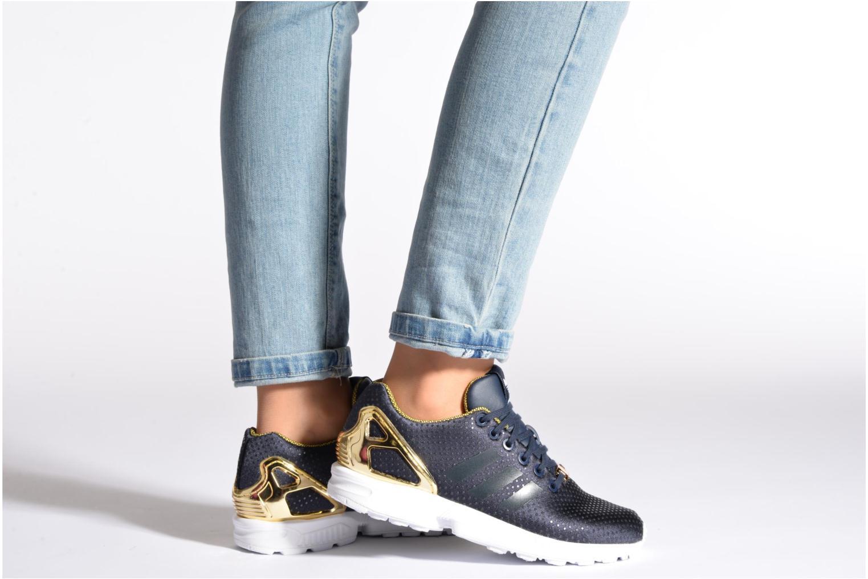 Sneaker Adidas Originals Zx Flux W blau ansicht von unten / tasche getragen