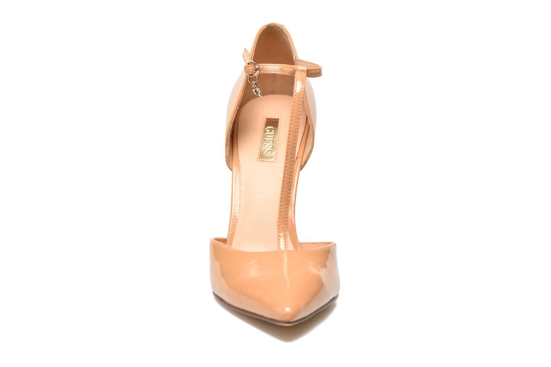 Zapatos de tacón Guess Teren Beige vista del modelo