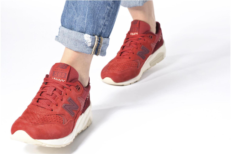 Sneaker New Balance WRT580 rosa ansicht von unten / tasche getragen