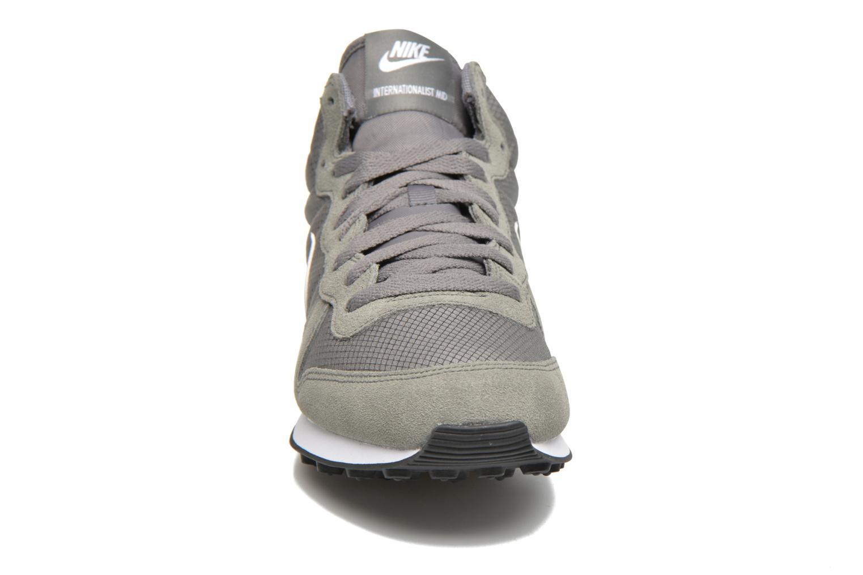 Baskets Nike Nike Internationalist Mid Gris vue portées chaussures