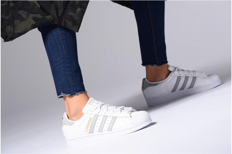 Sneaker Adidas Originals Superstar W mehrfarbig ansicht von unten / tasche getragen