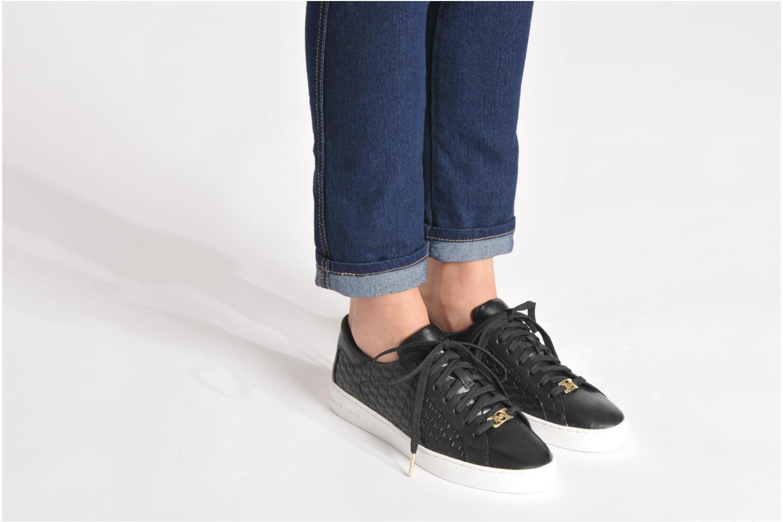 Sneaker Michael Michael Kors Colby Sneaker schwarz ansicht von unten / tasche getragen