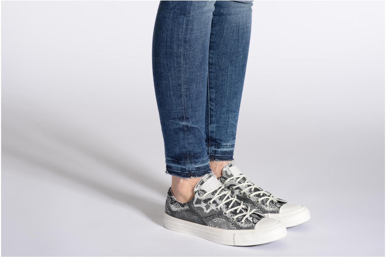 Sneaker Converse Chuck Taylor Reptile Print Ox W schwarz ansicht von unten / tasche getragen