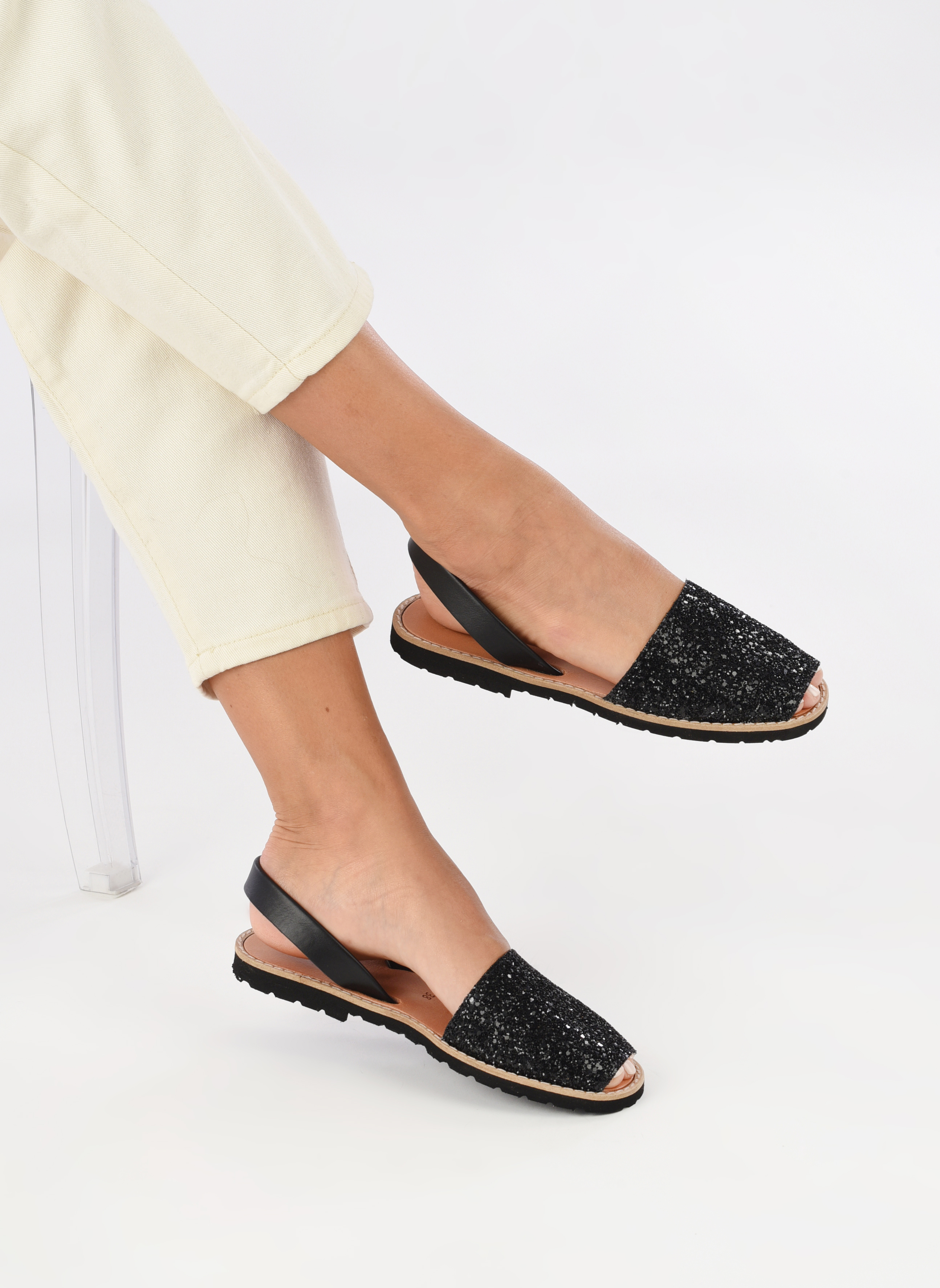 Sandalen MINORQUINES Avarca schwarz ansicht von unten / tasche getragen