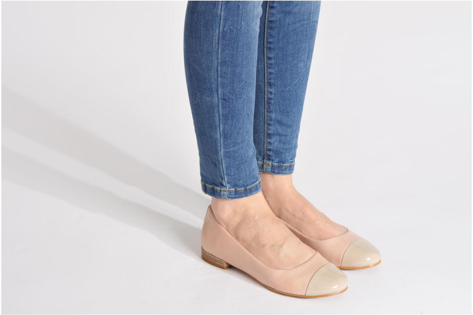 Ballet pumps Clarks Festival Gold Black view from underneath / model view