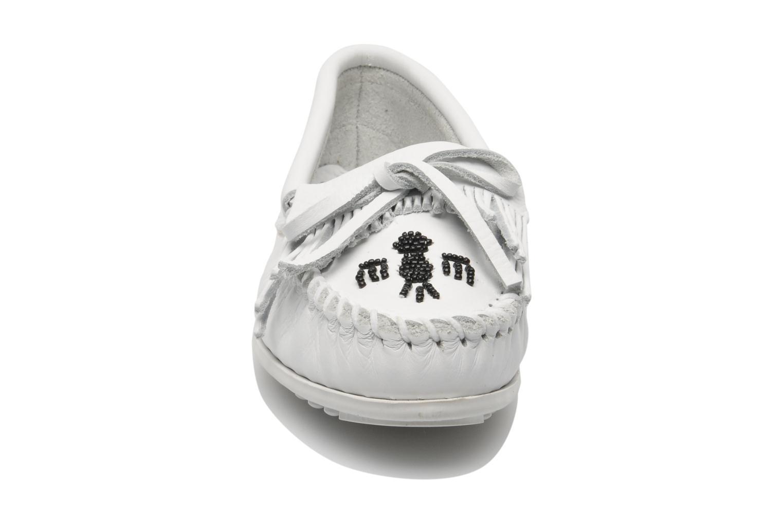 Mocassins Minnetonka Original Thunderbird Blanc vue portées chaussures