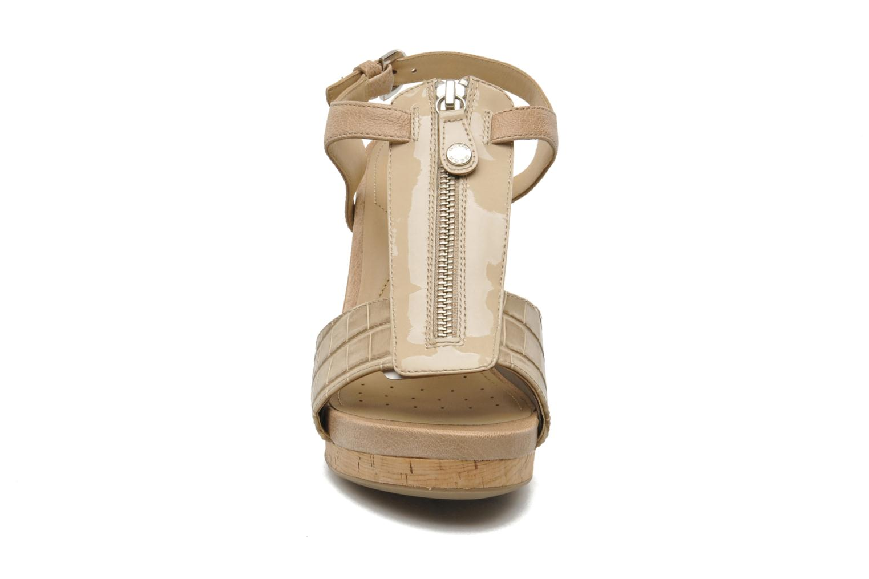 Sandales et nu-pieds Geox D VICTORY F-D52P5F Beige vue portées chaussures