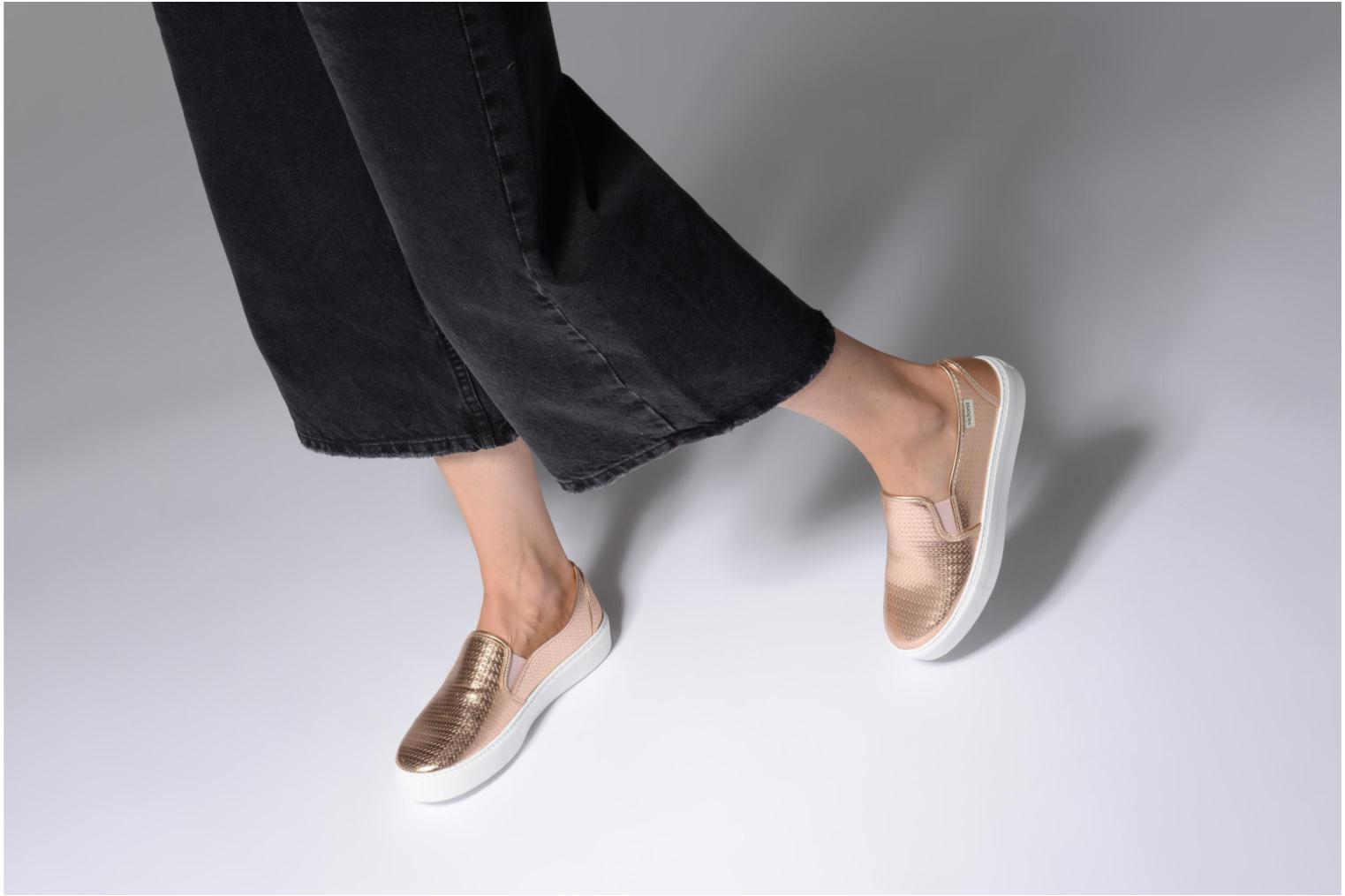 Trainers Victoria Slip-on Metalizada Pink view from underneath / model view
