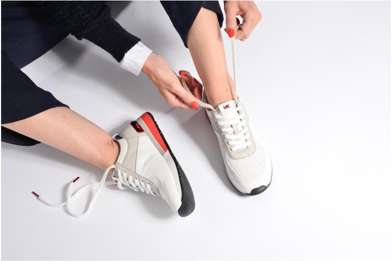 Sneaker Michael Michael Kors Allie trainer schwarz ansicht von unten / tasche getragen