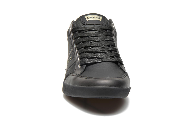 Sneakers Levi's Turlock Refresh Nero modello indossato